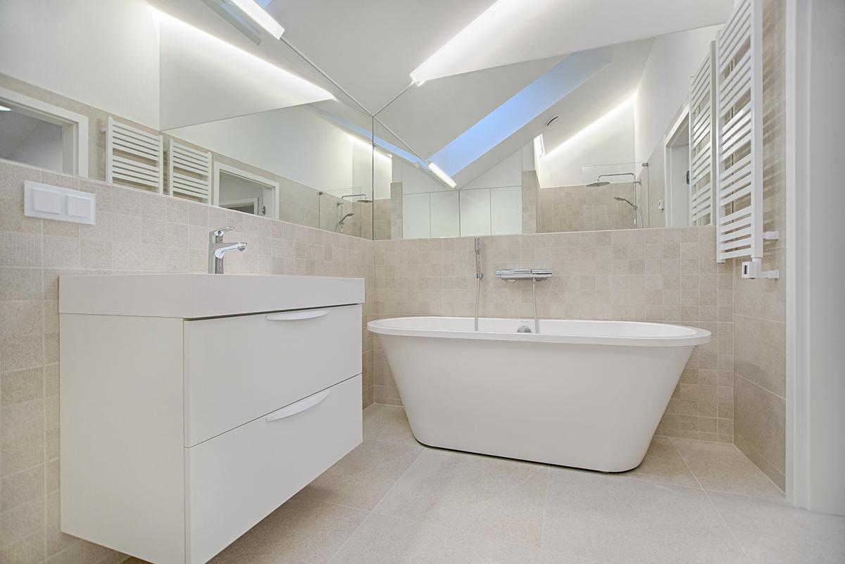 Kinkiety, czy plafon na suficie – jakie oświetlenie łazienkowe wybierzesz