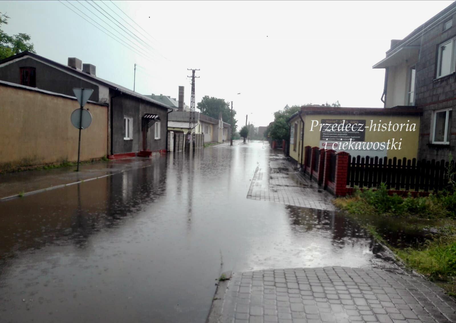 15-minutowa ulewa – ulice Przedcza zalane