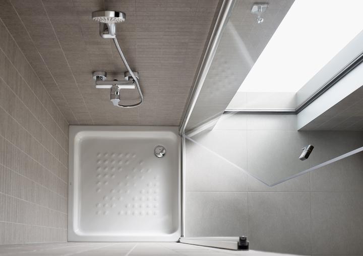 Brodzik pod prysznic ceramiczny czy akrylowy? Charakterystyka i atuty obu rozwiązań