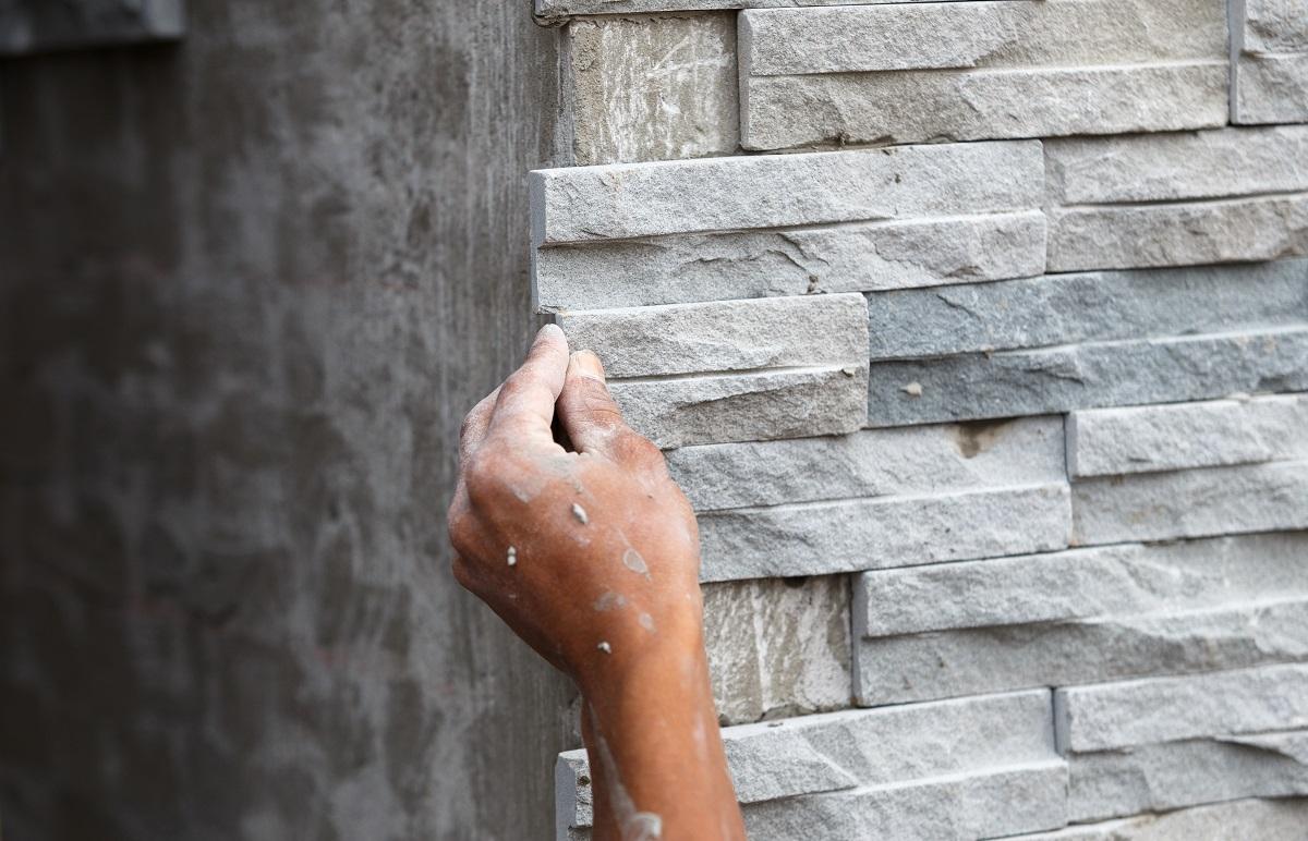 Okładziny z kamienia naturalnego: jakie płytki kamienne wybrać i jak je układać?